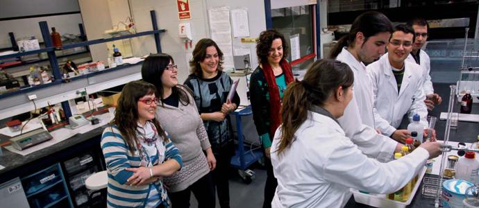 Les participants del diàleg durant la seua visita a un dels laboratoris que utilitzen els estudiants de Ciència i Tecnologia dels Aliments. © Miguel Lorenzo