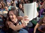 Milers d'estudiants, llibres en mà, protestaren a les portes de la Facultat de Geografia i Història el dimarts 21 de febrer en resposta als incidents policials de la jornada anterior. © Miguel Lorenzo