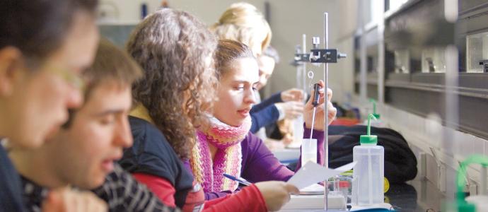 Estudiants en un laboratori.
